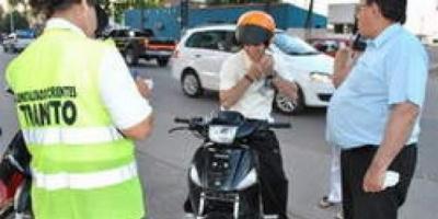 Entregaron cascos a motociclistas infractores